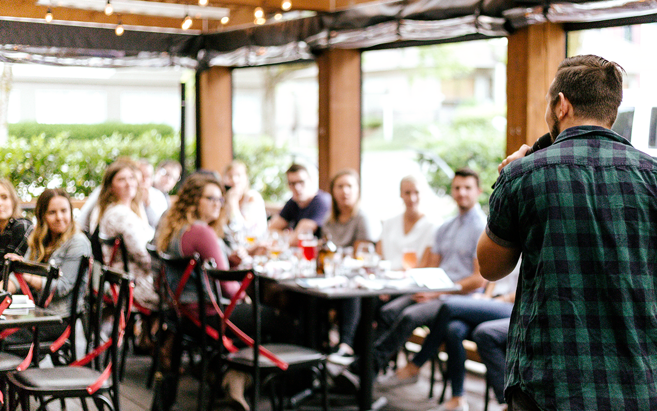 speaker devant étudiant au restaurant